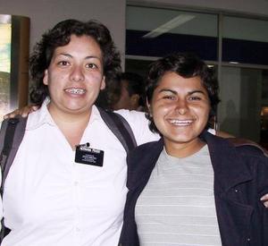 Arely  Prado llegó de México para visitar a sus familiares, la recibió Tiany Trujillo.