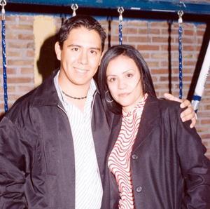 Alejandro Coronado Vázquez acompañado de Ingrid Georgette Pulido Naranjo en un festejo social.