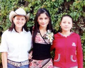 María del Socorro Rodríguez Estrada acompañada de sus hermanas Gloria y Dora Lilia Rodríguez Estrada en su despedida de soltera.