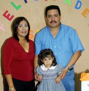 La pequeña Isabella Martínez García en compañia de sus papás Ildefonso Martínez y María Eugenia García Márquez en su fiesta de cumpleaños.