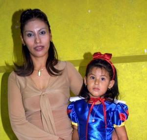 La pequeña María Fernanda López Mares acompañada por su mamá Claudia Patricia Mares Ávalos en la fiesta de cumpleaños que le organizó.