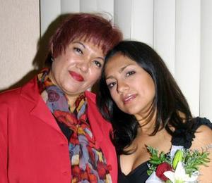 Srita. Diana Monserrat Luna García, acompañada de su mamá, María Dolores García de Luna.