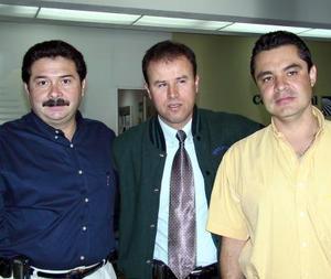 <u>01 de noviembre</u><p> Jesús de la Torre y Salvador Maquivar, representantes de una compañía farmacéutica, retornaron a México, los despidió Miguel González.