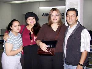 José Hapanco y Tinaya Palacios viajaron a México para formalizar su compromiso, fueron despedidos por Virgina Ríos y Luisa López.