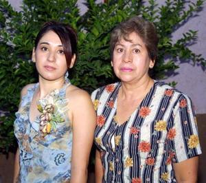 Brenda Monsiváis López con la organizadora de su despedida de soltera señora Raquel López Jove.