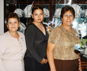 María Cristina García Muñiz en la fiesta de despedida que le organizaron su mamá  y su futura suegra.