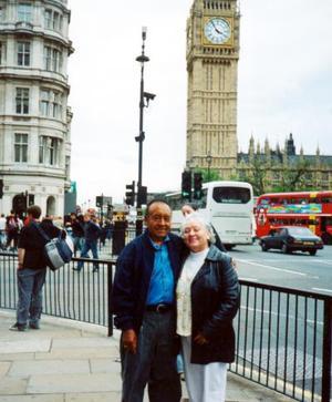 n la ciudad de Londres, Ing, se encuentran los señores Carlos Castro y Antonieta de Castro.