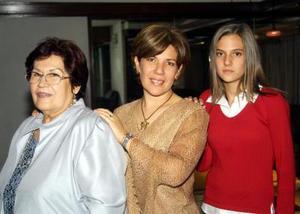 Gude de Zepeda, Mayela Z. de Parra  y Luisa Fernanda Parra, captadas en pasado festejo social.