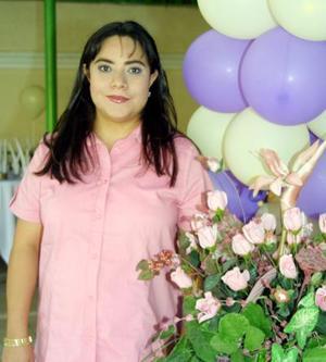Karla Muñoz de Aguirre en la fiesta de regalos que le ofrecieron.