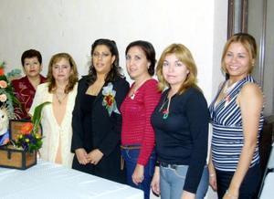 LIzbeth Griselda Ramírez Macías con un grupo de amigas en la fiesta de despedida que le ofrecieron por su cercano enlace con Dali de Jesús Méndez.