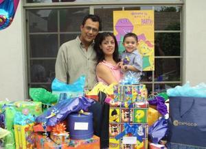 Acompañado de sus padres, Mario Romero Montes y Lourdes Hernández, aparece el niño Mario Romero Hernández en su fiesta de cumpleaños.