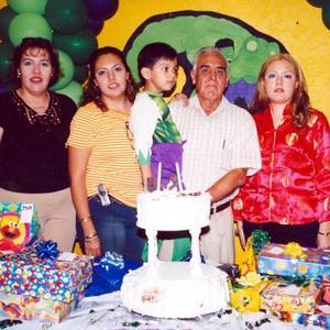 El pequeño Mario Alberto de la Cruz Reyes acompañado por sus tías Judith, Yassmín y Denisse y por su abuelito José Luis, en la fiesta de cumpoeaños que le ofrecieron por su quinto aniversario de vida.
