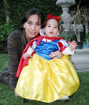 Jimena Braña con su vestido de Blancanieves en un divertido festejo infantil, en la gráfica la acompaña su mamá Lorena Tamayo de Braña.