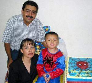 Joel Arroyo Espino y Sara Edith Vacio de Arroyo con su pequeño Joel Aarón en la fiesta que le organizaron por su tercer año de vida.