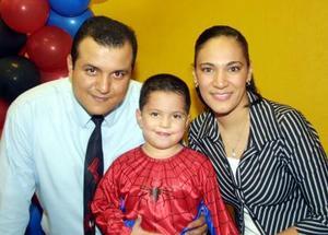 Juan Garza Gurrola acompañado de sus padres los señores Virgilio Garza y María Luisa Gurrola en una piñata que le organizaron por su cuarto aniversario de vida.