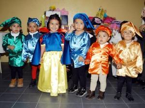 Karla Samantha Flores Martínez con un grupo de amigos en la fiesta de disfraces que le prepararon por su tercer cumpleaños.