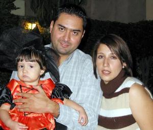 La pequeña Paola Rodríguez Ortiz con sus papá Víctor Rodríguez y Katy Ortiz en un convivio infantil.