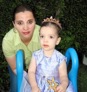 Liliana Cansino de Rivera al lado de su hija Elisa Rivera.
