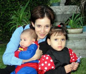 María Teresa Belausteguigoitia de Murra junto a sus hijos Jacobo y María Teresa Murra.