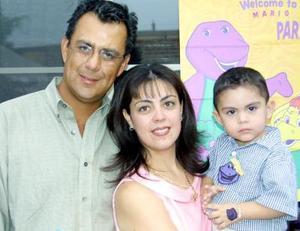 Mario A. Romero Hernández acompañado de sus padres los señores Mario Romero y Lourdes Hernández de Romero en pasado convivio infantil.