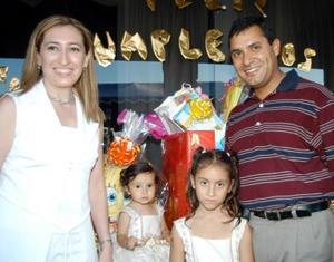 Niñas Ana Victoria y Ana Cristina Castro Arreola con sus papás Ricardo Casto y Pily Arreola en la fiesta de cumpleaños que les ofrecieron.
