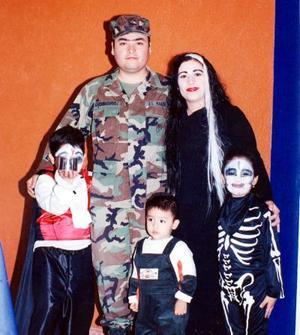 Señores Francisco Téllez Serrano y Rocío Rodríguez de Téllez acompañados de sus hijos, Francisco, Leonardo y Samantha.