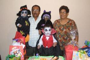 Sergio Alain Martínez acompañado por sus abuelitos Diego Martínez y María del Rosario Valadez y por sus primos Carlos Torres y María Fernanda Delgado en su fiesta de disfraces.