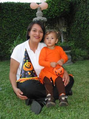 <u> 02 de noviembre</U> <p> Sofía Navejas con su mamá Silvia Núñez captadas recientemente.