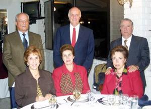 Polo Ahert, Juan von Bertrab y Javier González acompañados por sus respectivas esposas.