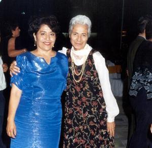 Rosy Cortinas de Salazar acompañada de Martha Venegas.