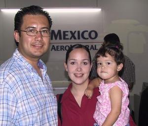 Juan José Martínez viajó a Guadalajara, lo despidió Lorena de Martínez y Natalia Martínez.