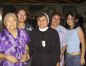 <u> 04 noviembre 2003 </u> <p> Sor María del Socorro Lozoya viajó a San Antonio, Tx., la despidieron María de la Luz de Lozoya, Mayela y Alicia Lozoya y Angélica Corpus.