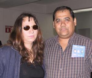 <u> 05 de noviembre </u> <p> Para tratar negocios del ramo de la telefonía, viajó a México Héctor Mejía; lo despidió Penélope López de Mejía.jpg
