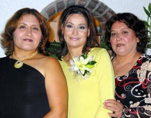 <u> 03 noviembre </u> <p> Karina Mendoza Martínez acompañada por las señoras Elia Martínez y Yolanda Mendoza en la despedida de soltera que le organizaron, con motivo de su próximo enlace nupcial.