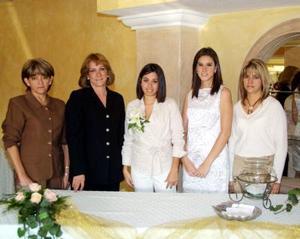 Alejandra Vidal acompañada de Socorro de Robles, Gilda de Valenzuela, Adriana de Arce, en la despedida de soltera que se le ofreció en días pasados.