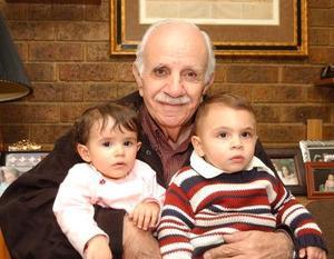 Bichara Giacomán acompañado de su nieta Ana Sofía Belausteguigoitia u su bisnieto Amir Murra.