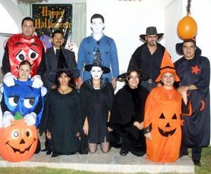 Israel y Angélica Velarde, Luis Y Gaby Mojica, Luis e Iveth Cárdenas, Eduardo Y Angie Herrera, Carlos y July Rangel, con sus atractivos disfraces en una fiesta que realizaron para celebrar la noche de brujas.