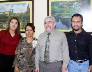 Patricia Ortiz de la Rosa cumplió 27 años de servicio médico y por tal motivo le prepararon una comida en su honor, en la gráfica la acompañan Gerardo de la Rosa, Pamela y Gerardo Alonso.