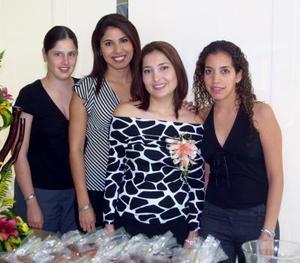 Señorita Gabriela Villanova Ponce con las organizadoras de su despedida de soltera, Dora Elia V. de Díaz, Dora Elia de Torres y Verónica Díaz.