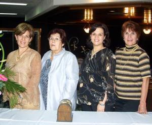 <u> 03 de noviembre </u> <p> Sra. Gude de Zapata acompañada por las organizadoras de su fiesta de canastilla, Carmen de Soto, Rosario de Soto y Mayela Z, de Porras.