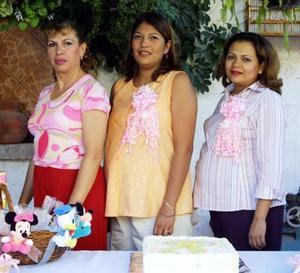 <u> 04 noviembre </u> <p> Mónica Rodríguez Contreras y Socorro Chávez de Rodríguez en la fiesta de canastilla que les preparó Guadalupe Villegas de Rodríguez por el cercano nacimiento de sus bebés.