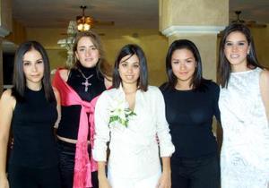 La Señorita Alejandra Vidal recibió numerosas felicitaciones de sus amigas asistentes a su fiesta de despedida.