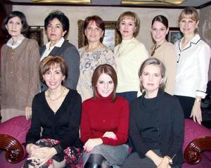 Lulú Rivera López en la fiesta de cumpleaños que le organizaron, la acompaña un grupo de damas asistentes.