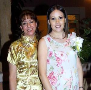 <u> 05 noviembre </u> <p> Patricia Mitre de De Cayón en la fiesta de canastilla que le ofreció su mamá, la señora Patricia González de Mitre.