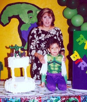 Mario Alberto de la Cruz Reyes acompañado de su mamá, Anabel Reyes Tostado en la fiesta que le organizó por sus cinco años de vida.
