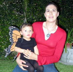 <u> 03 de noviembre </u> <p> Martha Chávez de Montellanos con su hija Mariana Montellanos, en un convivio.