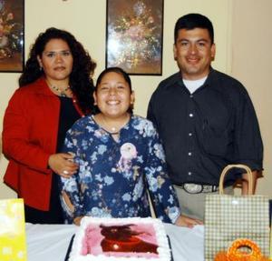 Carla Rey Porres acompañada de sus papás, Lázaro Rey de Álvarez y Magdalena Porres, en la fiesta organizada por su cumpleaños.
