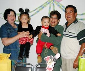 Andrea Mayela  y Jesús de la Rosa Santana acompañados de sus abuelos Elvira Flores de De la Rosa, Carmen Ortiz de Santaya y Miguel Ángel Santana en la fiesta que se les ofreció por su segundo y primer año de  vida.