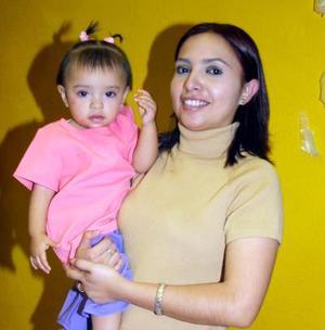 Fernanda López Mejía festejó su primer cumpleaños con una merienda organizada por su mamá, quien la acompaña.