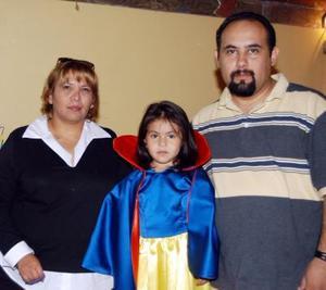 Karla Samantha Flores Martínez acompañada por sus papás, Carlos César Flores Rodríguez y Sandra Martínez de Flores el día de su cumpleaños.